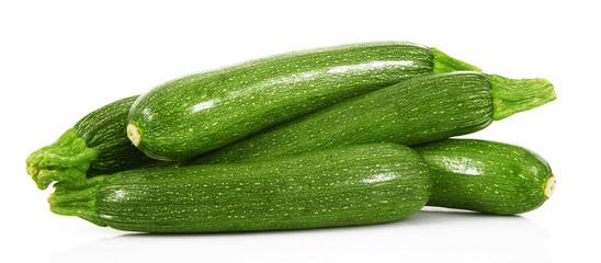 zucchine fresche in fondo bianco
