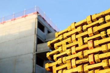 Gelbe Pfosten auf Baustelle