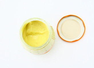 pot de moutarde ouvert,isolé fond blanc
