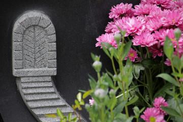 Tür mit Treppe auf einem Grabstein