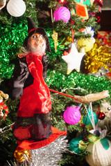 Befana con albero di Natale di sfondo, Epifania