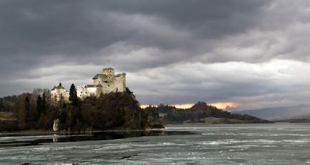 fototapeta panorama zamku w Niedzicy w oddali ruiny zamku w Czorsztynie
