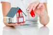canvas print picture - Immobilienmaklerin mit Haus und Schlüßel