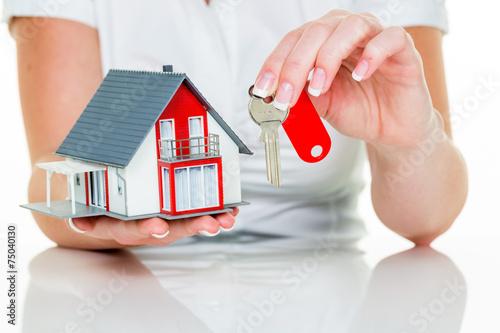 canvas print picture Immobilienmaklerin mit Haus und Schlüßel