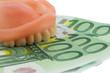 Gebiss und Euroscheine