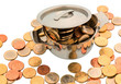 Ein Kochtopf ist mit Euromünzen gefüllt,
