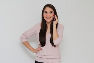 Jolie femme souriante au téléphone