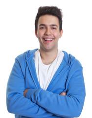 Lachender Mann im blauen Pulli