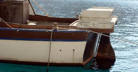 Festgemachtes altes Fischerboot
