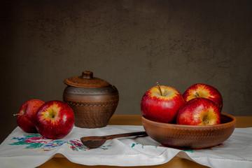 Деревенский мотив. Яблоки и глиняная посуда.