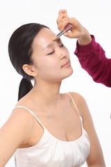 화장하는 여성 얼굴 클로즈업