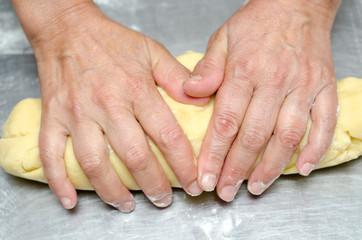 mani che impastano la pasta dei biscotti