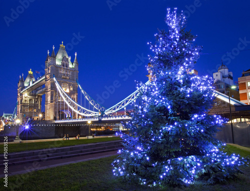 Fotobehang Londen Tower Bridge and Christmas Tree in London