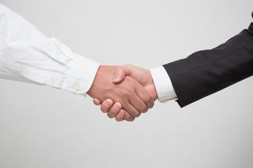 握手するビジネスマンするビジネスマン