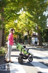 横断歩道を渡る親子