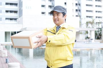 荷物を運ぶ笑顔の男性