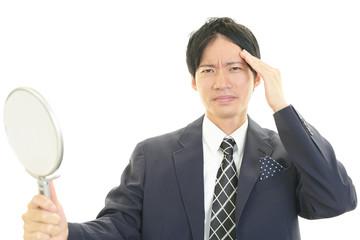 不満な表情のビジネスマン