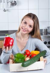 Junge Frau in der Küche lebt gesund