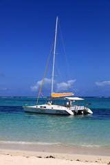 catamaran d'excursion en bord de plage