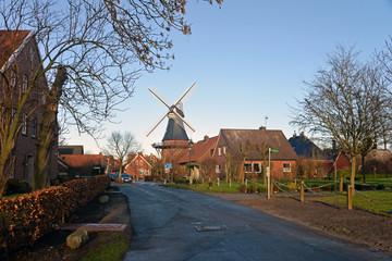 Ortsansicht von Ditzum an der Ems mit Windmühle