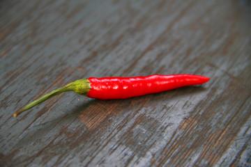 Vintage Chili - scharfes Gemüse auf abgenutzter Tischplatte