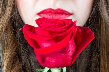 Labbra con rosa rossa