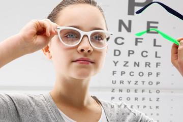 Badanie wzroku, dziecko u lekarza okulisty