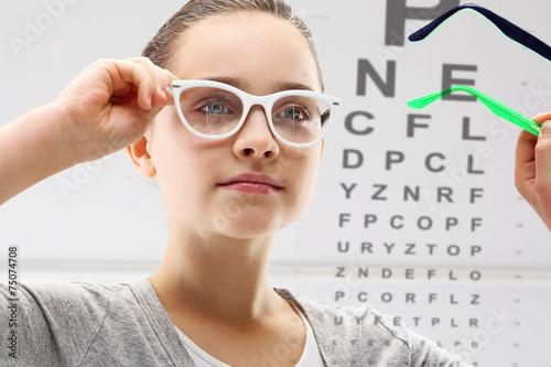 Badanie wzroku, dziecko u lekarza okulisty - 75074708