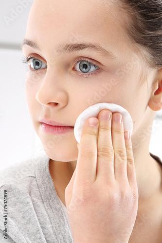 Fototapeta Dziewczynka przemywa twarz kosmetykiem
