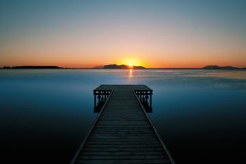 Pontile di legno al tramonto. Vista sulle Egadi