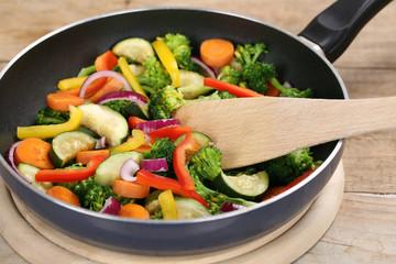 Essen zubereiten und braten Gemüse in der Pfanne