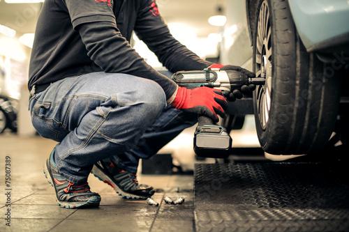 Fixing a car - 75087389