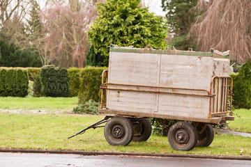Ein kleiner Anhänger - Gepäckwagen - umgebaut zum Mülltransport