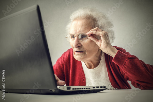 Confused grandmother using a pc - 75101966