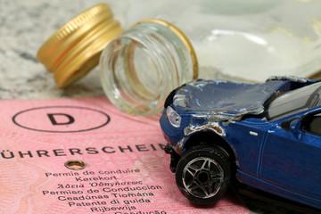 autounfall durch Alkohol,Führerschein und Flasche