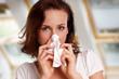 junge Frau ist erkältet