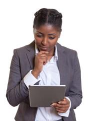 Geschäftsfrau aus Afrika liest am Tablet