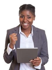 Geschäftsfrau aus Afrika mit Tablet hat Power