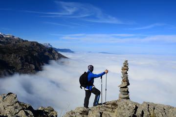 sisli dağlar ve etkileyici manzara