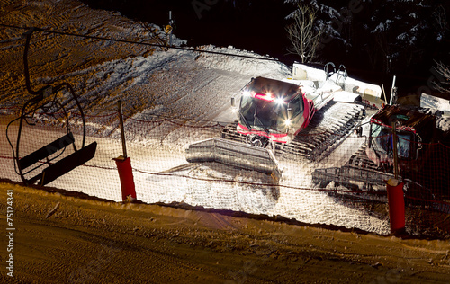 Snowcat night - 75124341