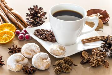 Heißer Kaffee mit Dekoration