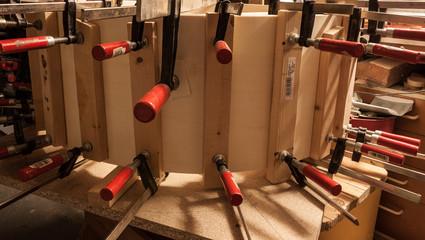 Gebogenes Holz wird mit Zwingen gehalten