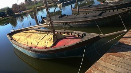 Barca amarilla, roja y azul amarrada