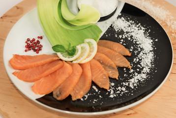 Salmone affumicato con pepe rosa e sale grosso