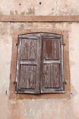 Fenêtre avec vieux volets