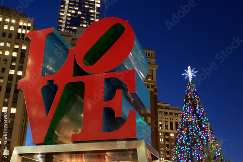 Deurstickers Standbeeld Love Park Sculpture at Christmas