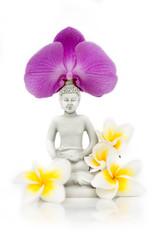 Statue Bouddha avec fleurs de frangipanier et orchidée