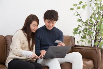 ネット通販を利用する夫婦
