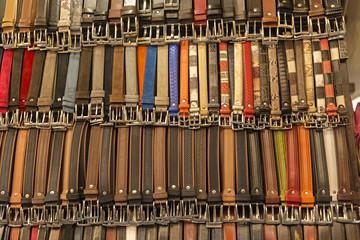 Cinturones de piel de hombre y de mujer.