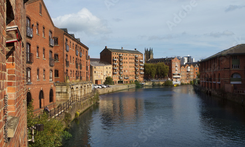 Fotobehang Kanaal Fashionable flats along the River Aire in Leeds